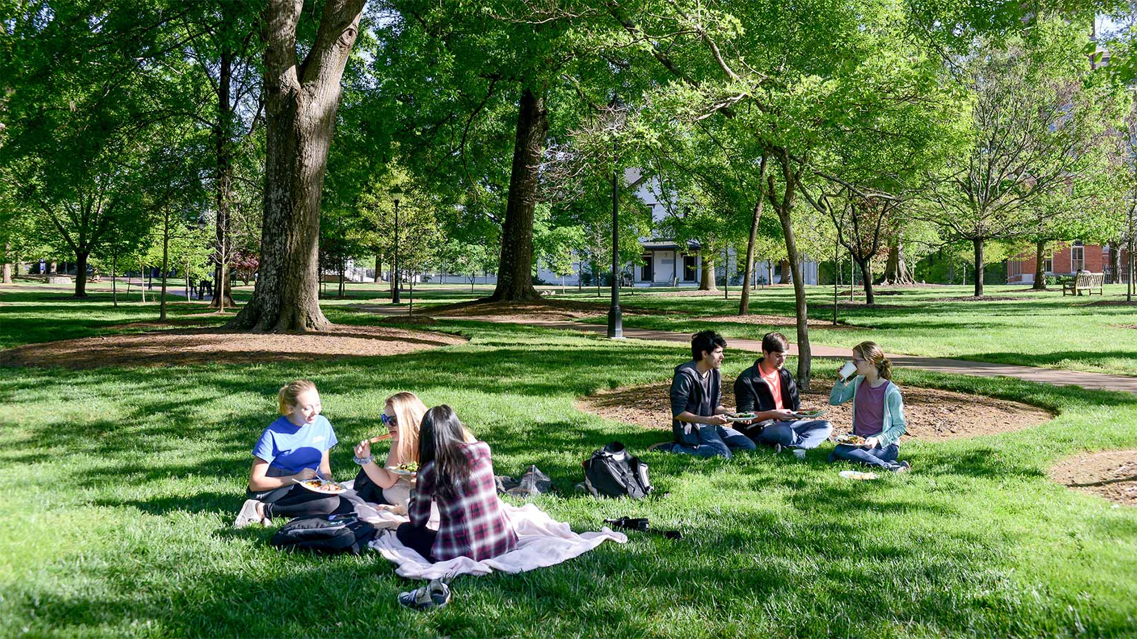 Students eat lunch on the Oxford quad.